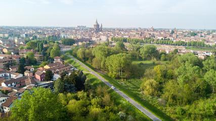 Vista aerea di Pavia e del fiume Ticino, vista del Duomo di Pavia, Ponte Coperto e del Castello Visconteo. Lombardia, Italia