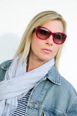 Porträt einer blonden Frau mit Sonnenbrille