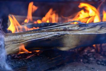 Flammen vom Feuer im Grill als Hintergrund