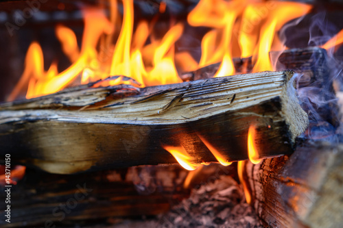 feuer brennt mit holz flammen stock photo and royalty free images on pic 143710150. Black Bedroom Furniture Sets. Home Design Ideas