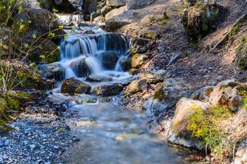 Idyllischer Wasserfall am Bach