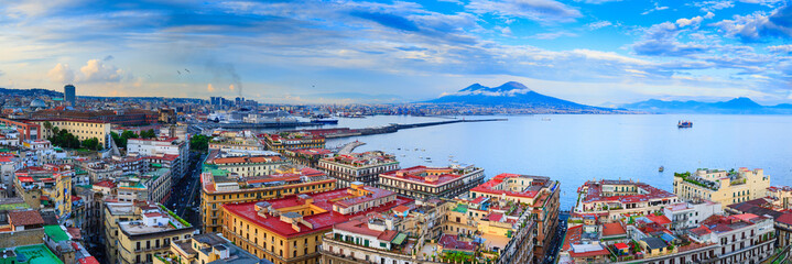 Photo sur Plexiglas Naples Panoramic seascape of Naples, view of the port in the Gulf of Naples, Torre del Greco, and Mount Vesuvius. The province of Campania. Italy.