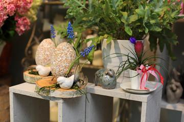 Durze jajko Wielkanocne i kwitnący kaktus w kwiaciarni.