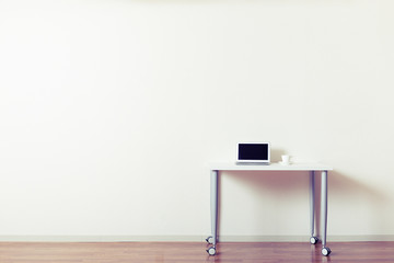 広い部屋と机,コピースペース