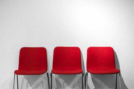 並んだ赤い椅子