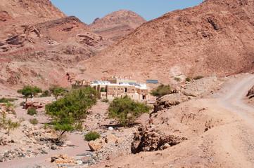 Medio Oriente, 10/03/2013: paesaggio desertico con vista del Feynan Eco Lodge, un rifugio ad energia solare nella Riserva Biosfera di Dana, la più grande riserva naturale della Giordania