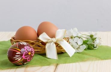 Пасхальные яйца и весенние цветы. Символы праздника Пасхи. Международные праздники концепт.