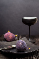 figs and black tableware