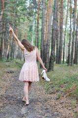 Девушка в юбке гуляет по лесу фото 755-37