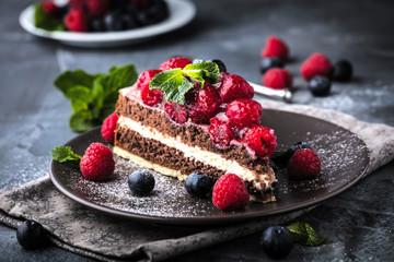Stück kuchen auf dunkelem hintergrund