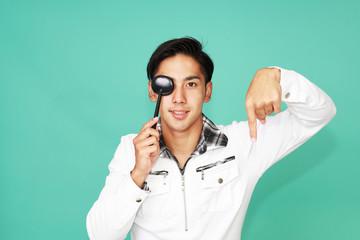 視力検査をする笑顔の男性