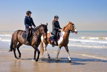 Türaufkleber Reiten jeunes cavalières sur la plage