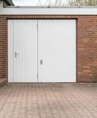 Weißes Garagentor mit Tür