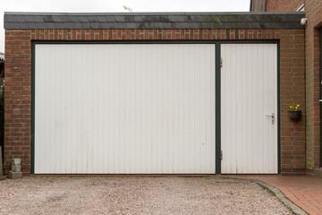 Garage mit weißem Tor und weißer Tür