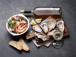Poster Coquillage Fresh seafood and white wine on stone table