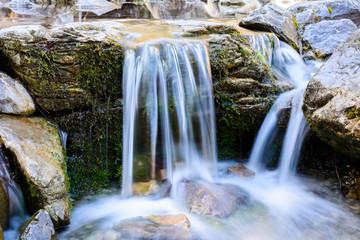 Idyllischer Wasserfall am Fluss