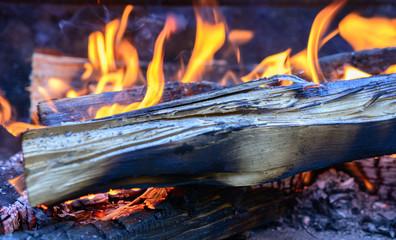 Fire mit Flamme und Holz beim grillen