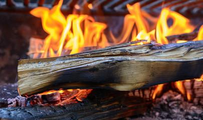 Flammen bewegen sich im Feuer im Grill