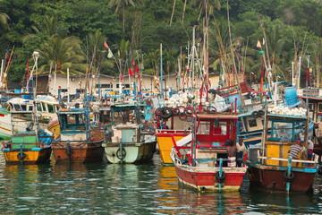 Fischerboote im Hafen von Mirissa auf Sri Lanka