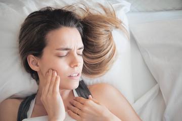 Persona con dolore ai denti, dente del giudizio