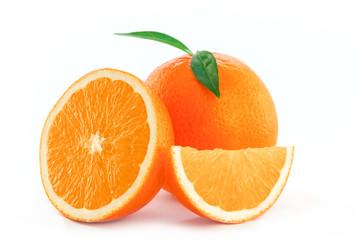 frische Orangen auf weiß isoliert