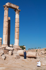Giordania, 01/10/2013: musulmani tra le rovine del Tempio di Ercole, la struttura romana più significativa nella Cittadella di Amman, sito archeologico e nucleo originario della città
