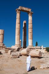 Giordania, 01/10/2013: un musulmano di spalle tra le rovine del Tempio di Ercole, la struttura romana più significativa nella Cittadella di Amman, sito archeologico e nucleo originario della città