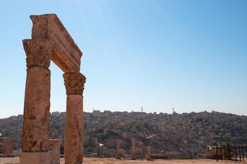 Giordania, 01/10/2013: lo skyline di Amman e le rovine del Tempio di Ercole, la struttura romana più significativi nella Cittadella di Amman, sito archeologico e uno dei nuclei originari della città