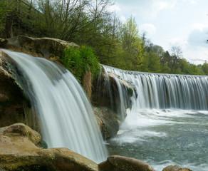 Schöner Wasserfall in idyllischer Natur in der Schweiz im Sommer am Bach