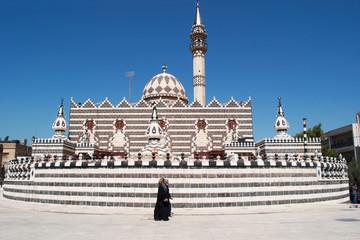 Giordania, Medio Oriente, 03/10/2013: donne musulmane velate davanti alla Moschea di Abu Darwish, costruita nel 1961 ad Amman in marmo bianco e nero