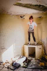 Femme dans la maison abandonnée