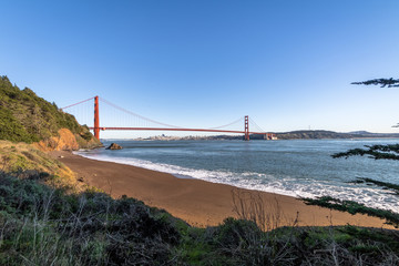 Fotomurales - Beach view of Golden Gate Bridge and city Skyline - San Francisco, California, USA