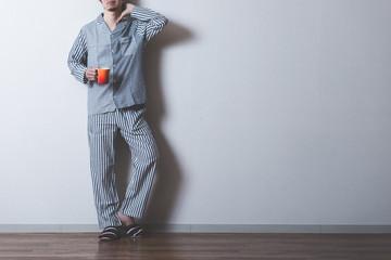 パジャマの男性,全身