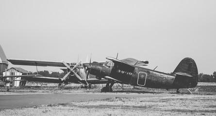 Стоянка старых самолётов. Винтажная чёрно-белая...