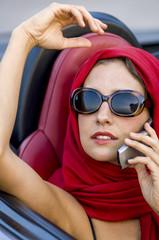 Junge hübsche Frau in einem Cabrio, Roadster