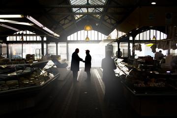marché artisan commerçant alimentation course acheter panier marché couvert produit frais discuter rencontre étalage stand achat acheter alimentaire