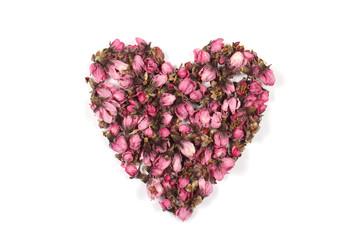 сердце из цветов лежит на белом фоне
