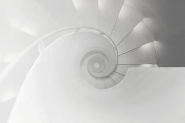 Ansicht von oben auf eine Wendeltreppe