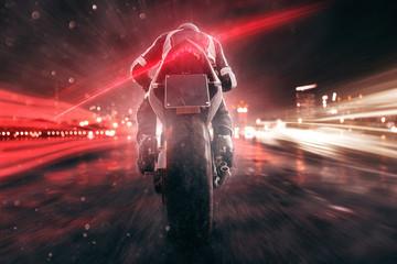 Fototapete - Motorrad fährt abends in der Stadt
