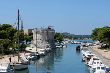mittelalterliche Bastion Markusturm an einem Kanal mit Booten in der Altstadt von Trogir, Kroatien