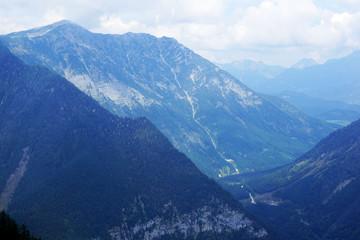 Голубые австрийские горы в белоснежной дымке облаков