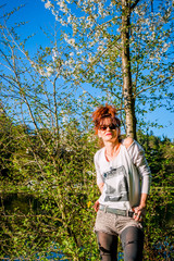 Femme au bord de l'étang de pêche au printemps