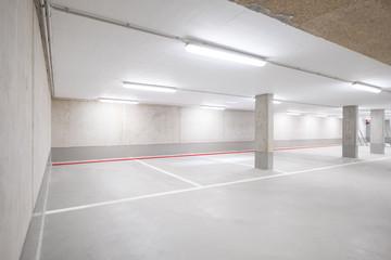 Parkplatz in Tiergarage / leeres Parkhaus