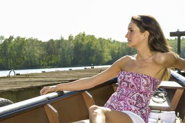 Junge Frau am Fluss, im Boot