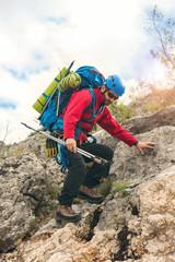 Foto op Aluminium Alpinisme Man descends from the high mountains