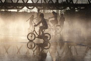ciclistas tras el agua