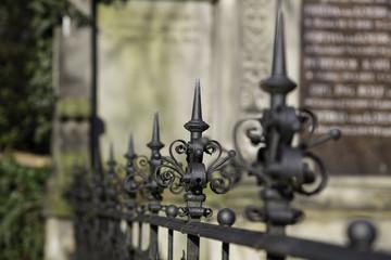 Schmiedeeiserner Zaun auf einem Friedhof in Mainz