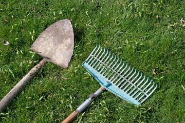 Gartengeräte Rechen und Schaufel