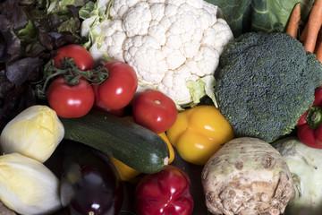 Bunte Bio Gemüßekiste mit Heimischen Gemüßesorten aus der Region