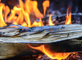 Brennendes Feuer mit Holz